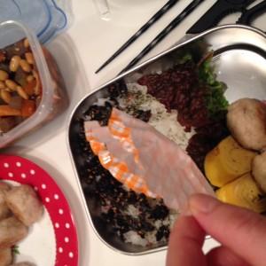 手抜きにみえないお弁当の詰め方 カップは目立たないように高さを低くします